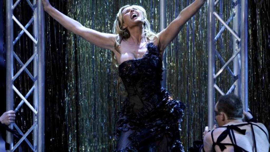 2008:  Skappel er kjent for sine spektakulære sceneåpninger, og 2008 var intet unntak. Hun åpnet showet med mannlige dansere og et strippebur, og det ble så heftig at flere medier skrev om en nesten-puppeglipp for programlederen. Foto: Tor Erik H. Mathiesen / SCANPIX .