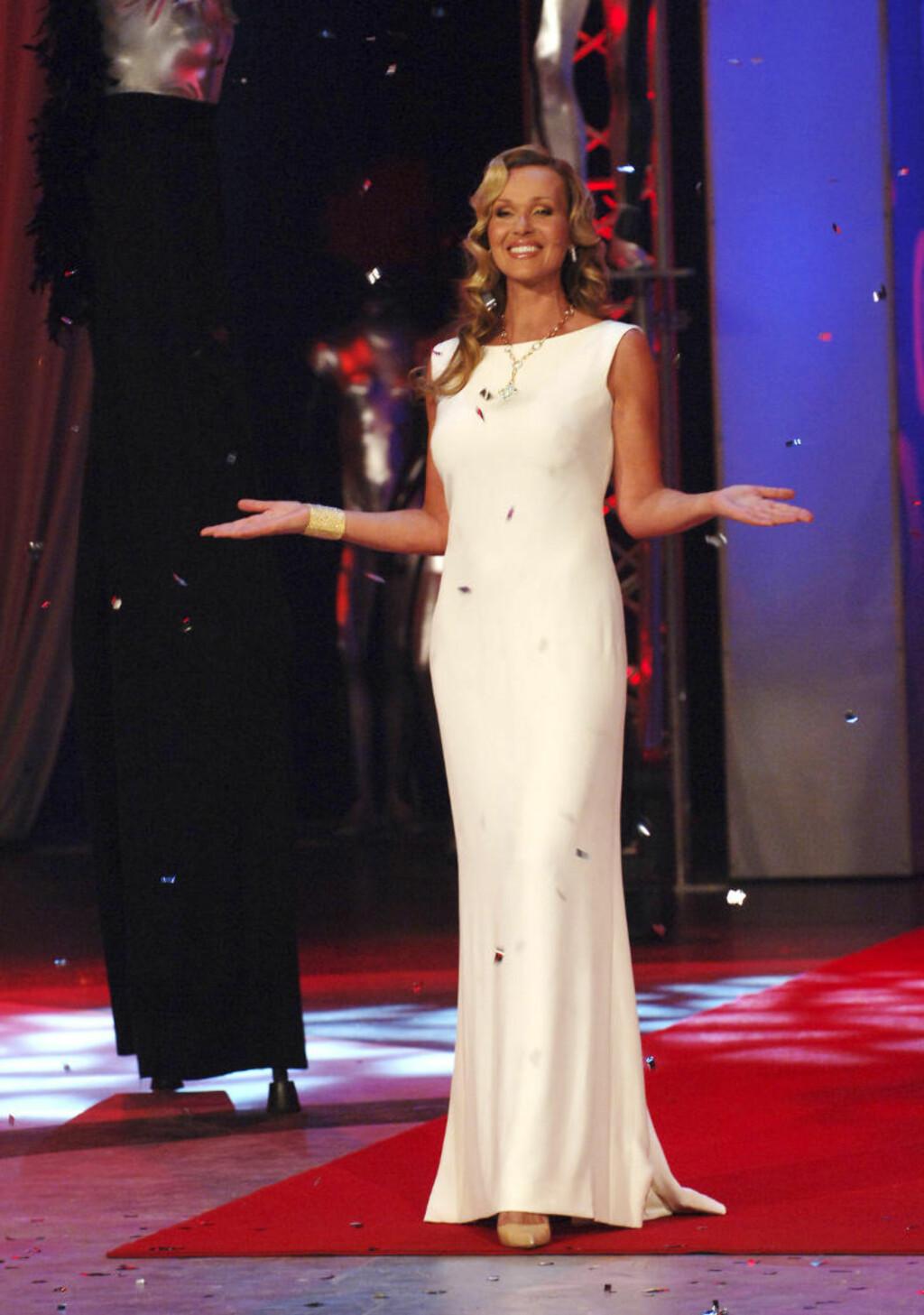 2006:  Skappel leder her sin syvende Gullruten-sending i en hvit, fotsid kjole. Hun er kjent for å bytte mange antrekk i løpet av hvert show, og var den 13. mai i 2006 også å se i en like elegant rød fotsid kjole. Foto: Marit Hommedal / SCANPIX