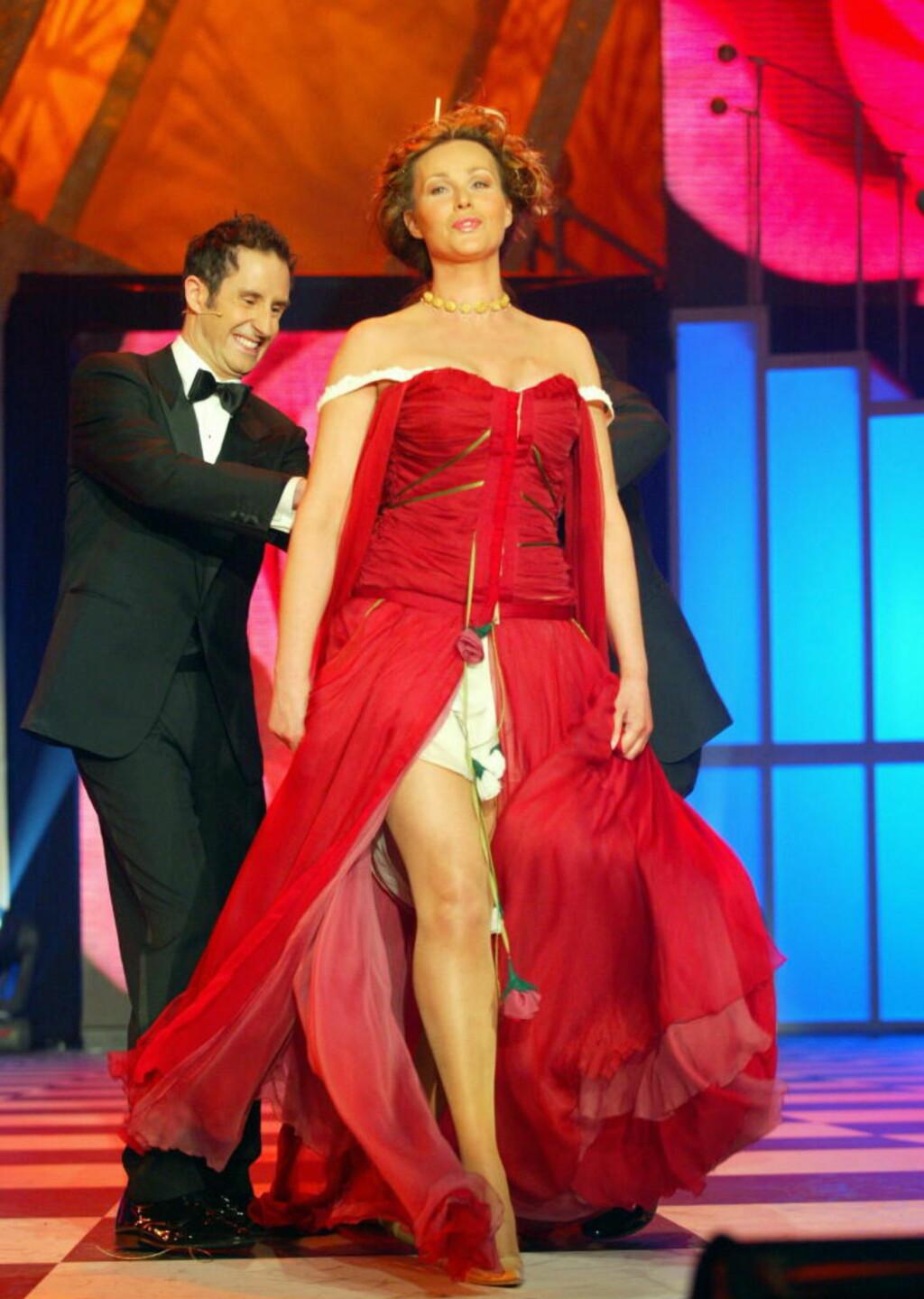 2003:  Harald Rønneberg rev den røde kappen av Dorthe Skappel, og tilbake sto hun i bare undertøyet med blomster hengende rundt halsen på bohemsk vis. Foto:Oddmund Lunde/Dagbladet