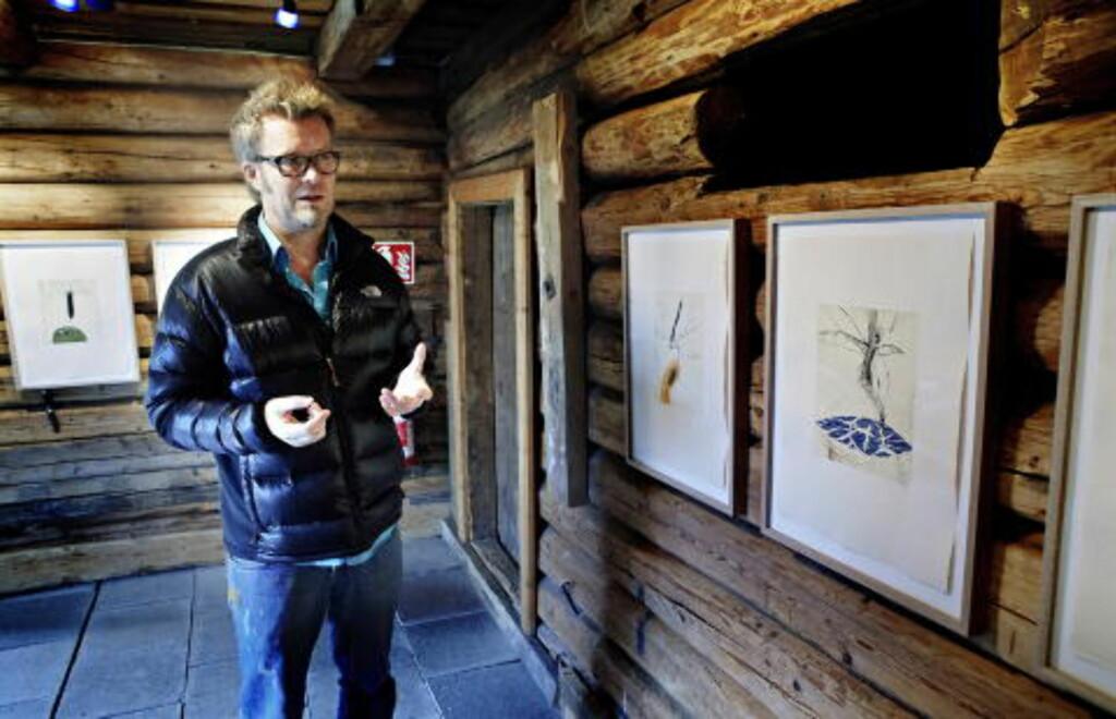 TRESNITT PÅ TREVEGGER: - Jeg var usikker på om det ble for mye. Men jeg synes bildene klarer seg kjempebra på de rustikke treveggene, sier Magne Furuholmen i tømmerlåven på Nyfossum på Blaafarveværket. Foto: Lars Eivind Bones / Dagbladet