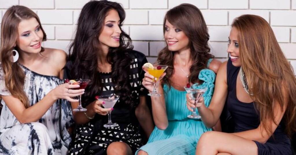 NYE VENNER: Er du god på small talk og mingling, er det lettere å bli kjent med nye, spennende mennesker.  Illustrasjonsfoto: colourbox.com