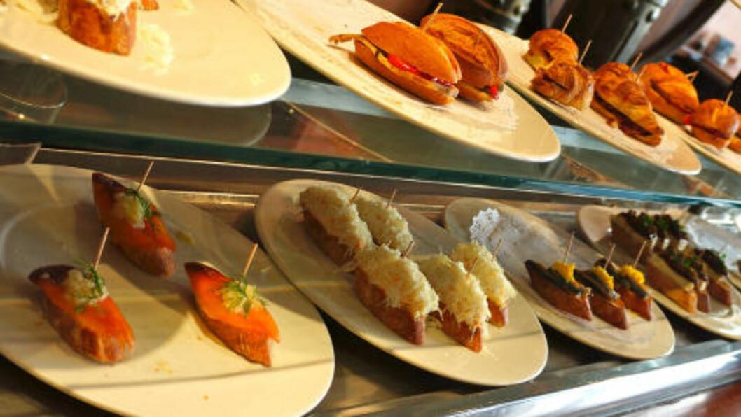 TAPAS: Ingen tur til en spansk by er komplett uten et tapas-måltid. Billig og smakfullt. Foto: MORTEN STOKKAN