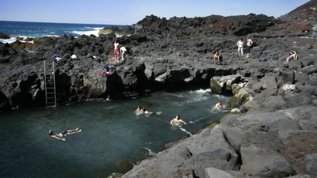 BADELIV:  I Ponta da Ferraria (Smia) på Sao Miguel på Azorene finnes et enestående naturfenomen. Varmt kildevann spruter opp i kulpen og lager deilig badevann, midt i villmarka. Foto: EIVIND PEDERSEN