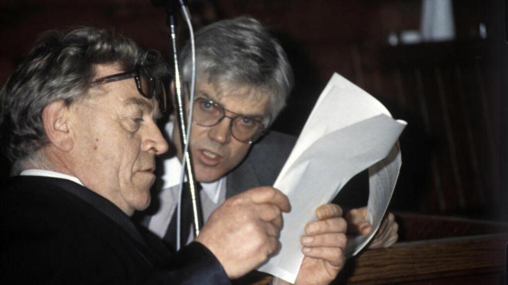 TREHOLT-FORSVARER:. Andreas Arntzen (t.v.) forsvarte sammen med Ulf Underland og Jon Lyng spiontiltalte Arne Treholt (t.h.) i perioden 1984-1985. Treholt byttet senere forsvarere. Bildet er tatt i tingretten 5. mars 1985.  Foto: Inge Gjellesvik, NTB Scanpix