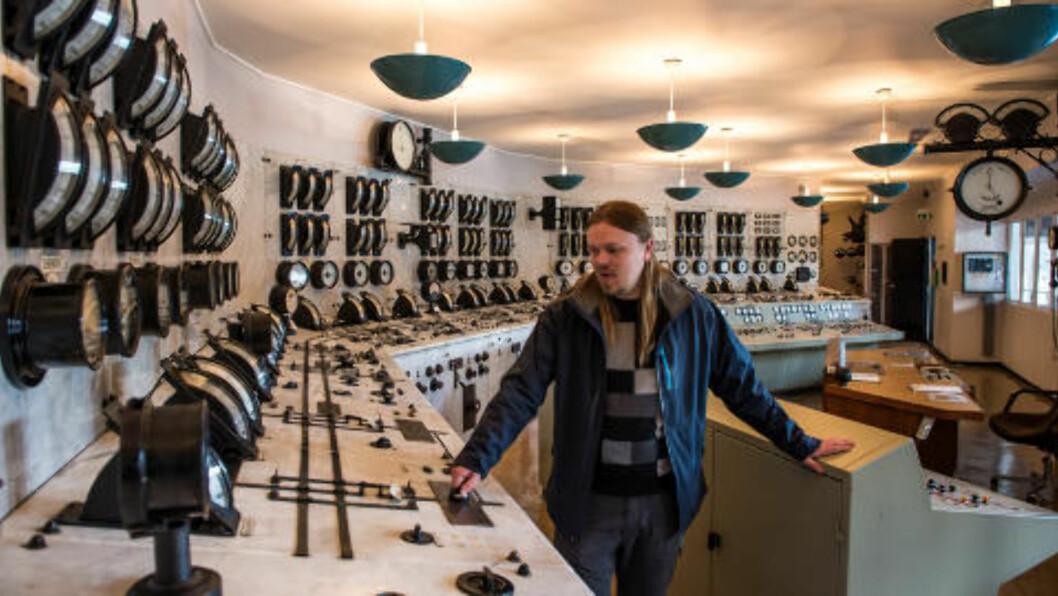 <strong>KONTROLLROMMET:</strong> Mange synes kontrollrommet er det tøffeste rommet, ifølge museumsguide Dag Endre Opedal. Her er det så mange knapper, spaker, og brytere du bare kan ønske deg. Foto: ROGER BRENDHAGEN