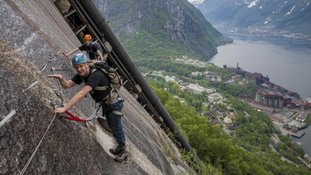 <strong>KLATRETUR:</strong> Stein Haugen (nærmest) og David Fleetwood på vei opp «Tysso Via Ferrata». Foto: DAG ENDRE OPEDAL