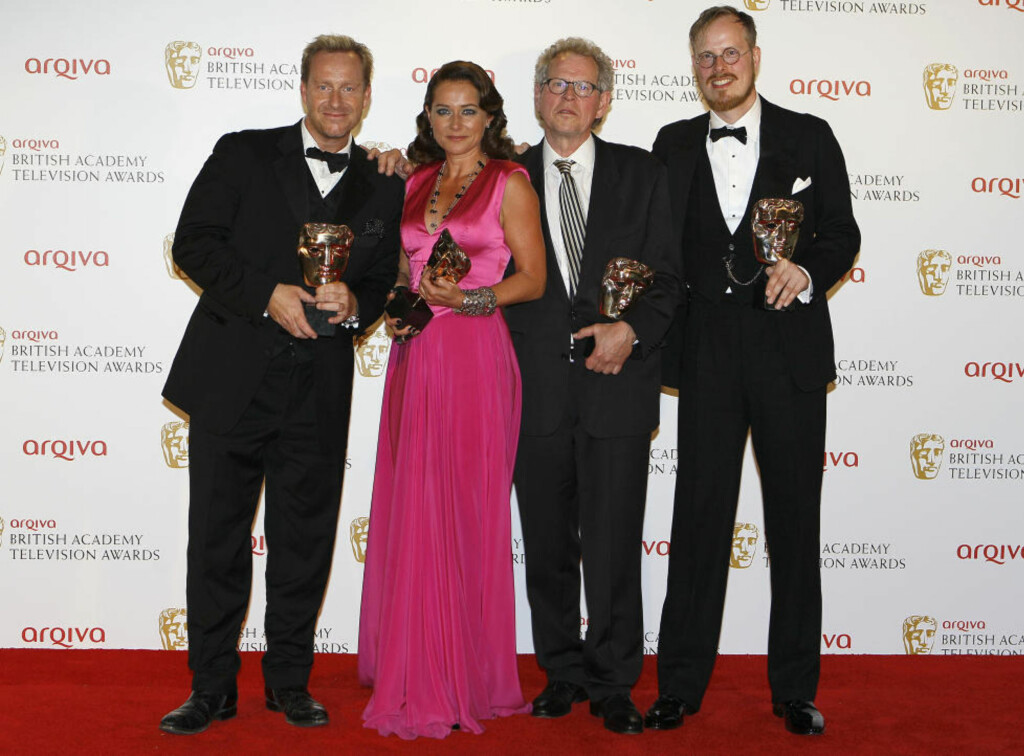 DANSK TV-DRAMA HEDRET: Fra venstre Adam Price, Sidse Babett Knuden, Søren Kragh-Jacobsen og Jeppe Gjeruig-Gram etter Bå ha vunnet prisen for beste TV-drama ved British Academy Television Awards i London søndag. Foto: Scanpix/AP Photo