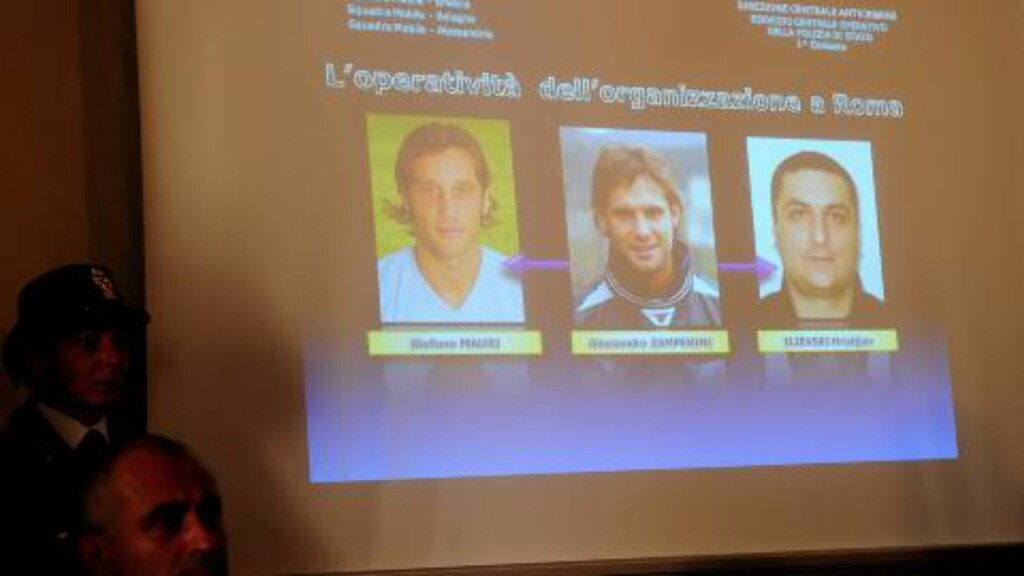 ARRESTERT: På en pressekonferanse mandag viste politiet fram bilder av personene de har pågrepet, mistenkt for kampfiksing. Helt til venstre er Lazio-kaptein Stefano Mauri. Foto:  AFP PHOTO / OLIVIER MORIN