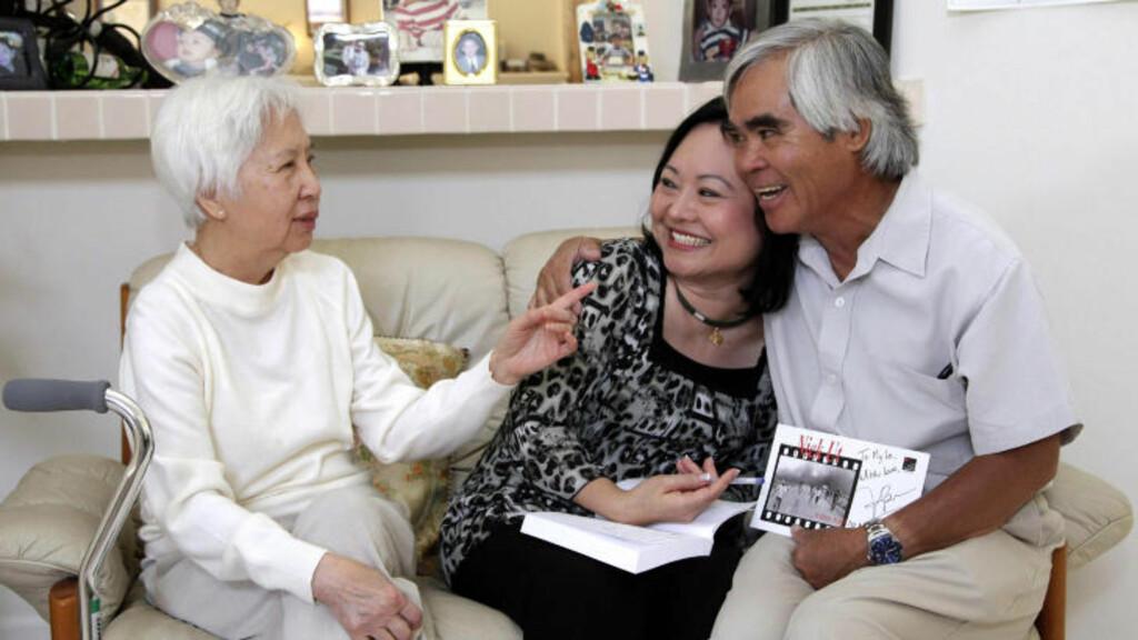 GJENSYN:  40 år etter at fotojournalist Nick Ut (til høyre) tok det legendariske bildet av Kim Phuk (i midten), møttes de igjen i California, sammen med doktor My Le (til venstre), som behandlet Phuk to dager etter napalm-angrepet i Vietnam. (Foto: Jae C. Hong, AP, NTB scanpix)