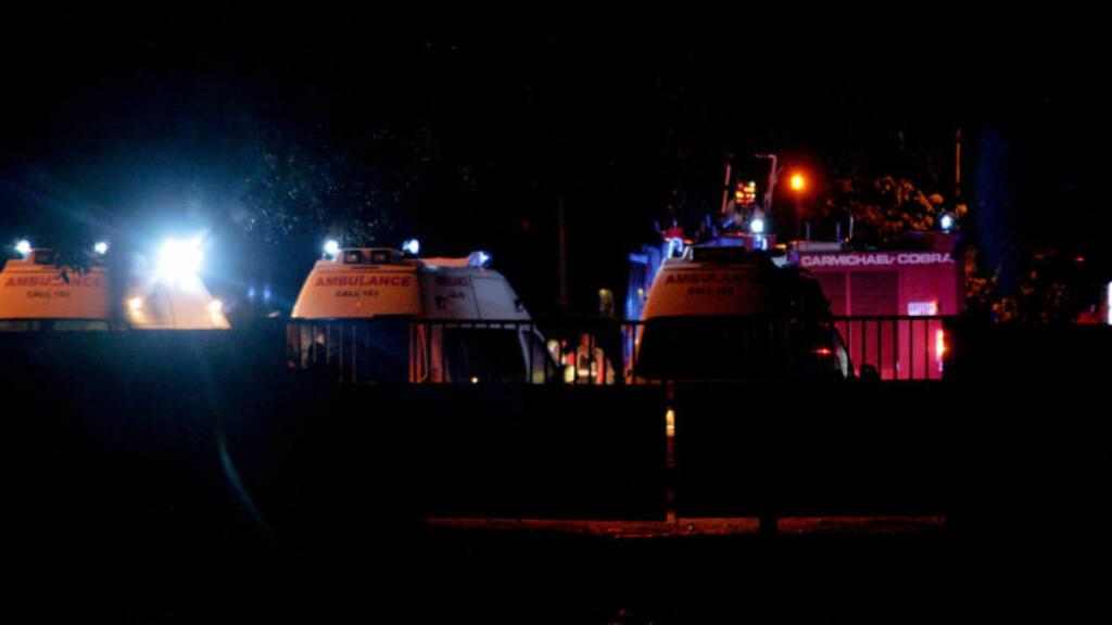 RYKKET UT: Flere ambulanser og brannbiler rykket ut da det kom melding om at et fly hadde styrtet. Foto: AP Photo/Christian Thompson/NTBScanpix
