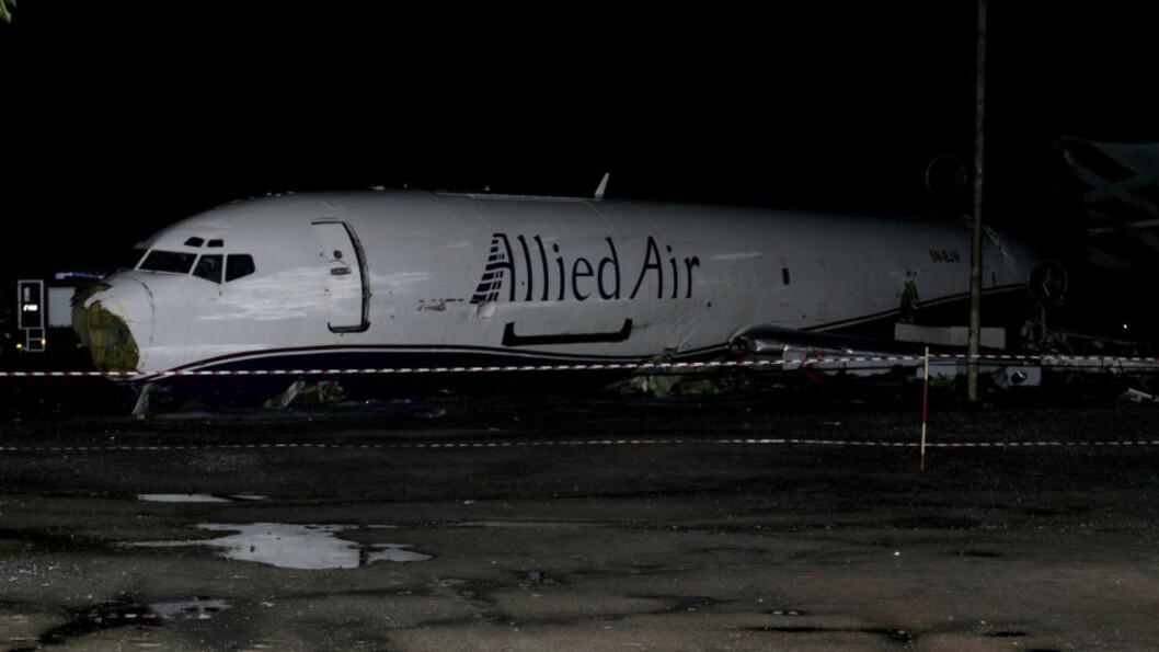 <strong>VRAKET:</strong> Boeing 727-flyet er sperret av på veien nær flyplassen i Accra. Foto: AP Photo/Christian Thompson/NTBScanpix