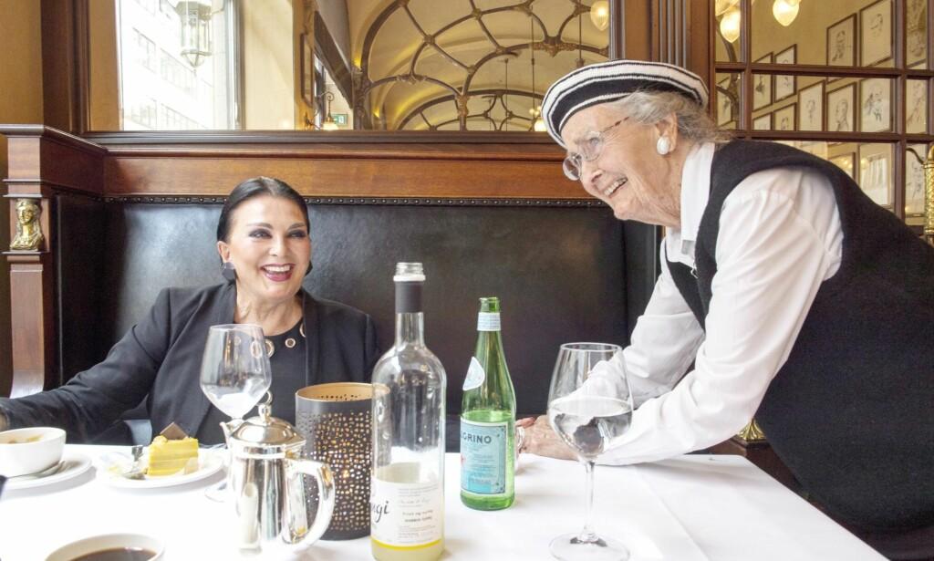 FAN: 96 år gamle Grace Bjercke (t.h.) blir starstruck da hun møter tv-mediumet Lill Bendriss på Theatercaféen i Oslo. Foto: Arne V. Hoem