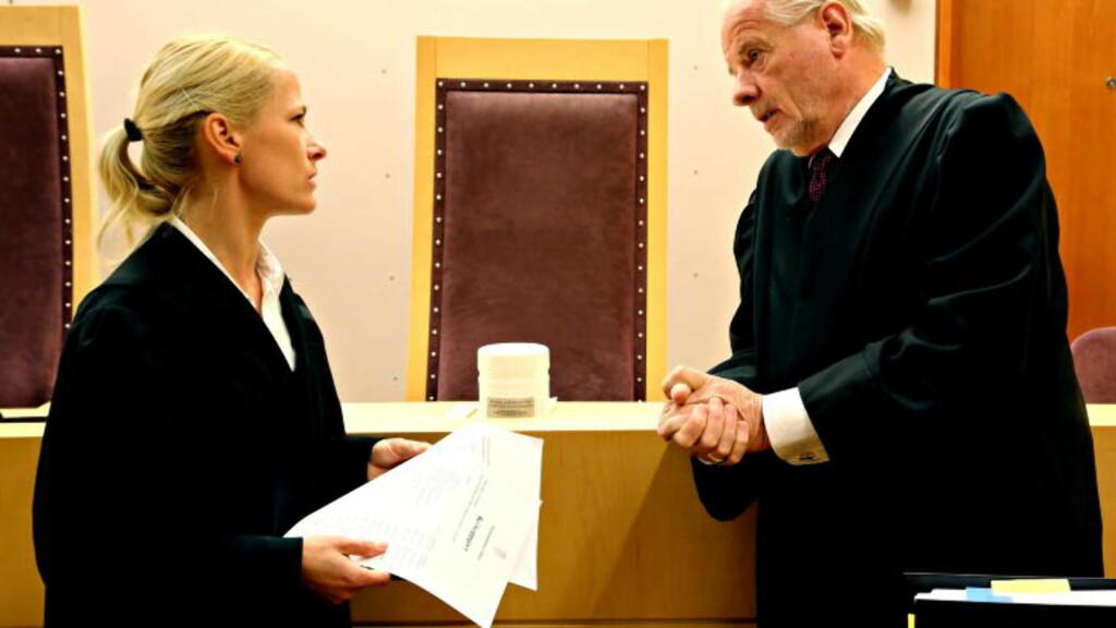 FRA TRE TIL TO DAGER.  Aktor Kristine Olsen og forsvarer Sigmund Øien foran prosedyren i straffesaken mot Marie Madeleine Larsen. Saken har gått raskere enn beregnet blant annet fordi tiltalte har erkjent straffeskyld i alle 19 punktene for grovt bedrageri. Saken blir dermed avsluttet allerede fredag. FOTO: JACQUES HVISTENDAHL/DAGBLADET.