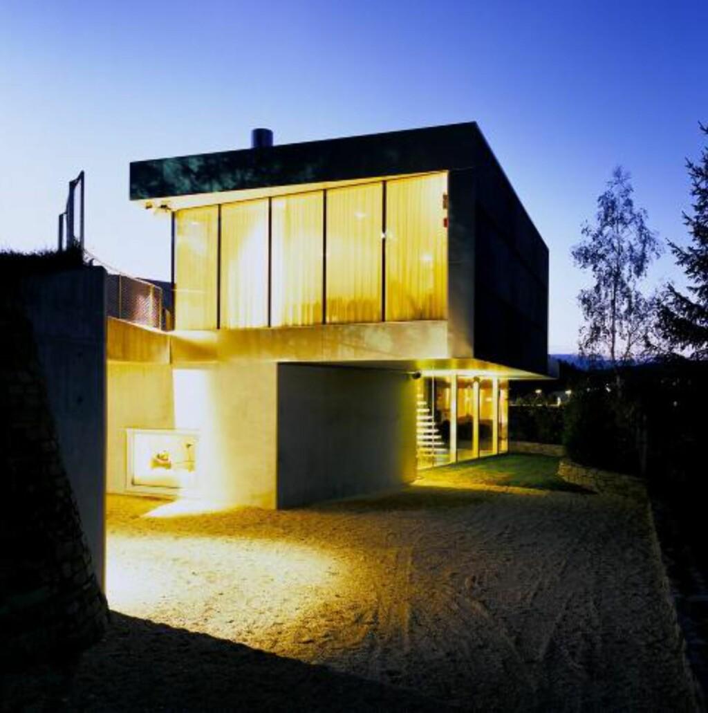 KULT I MØRKET: I skumringen lyser V-House som en lampe.  Foto: Jeroen Musch