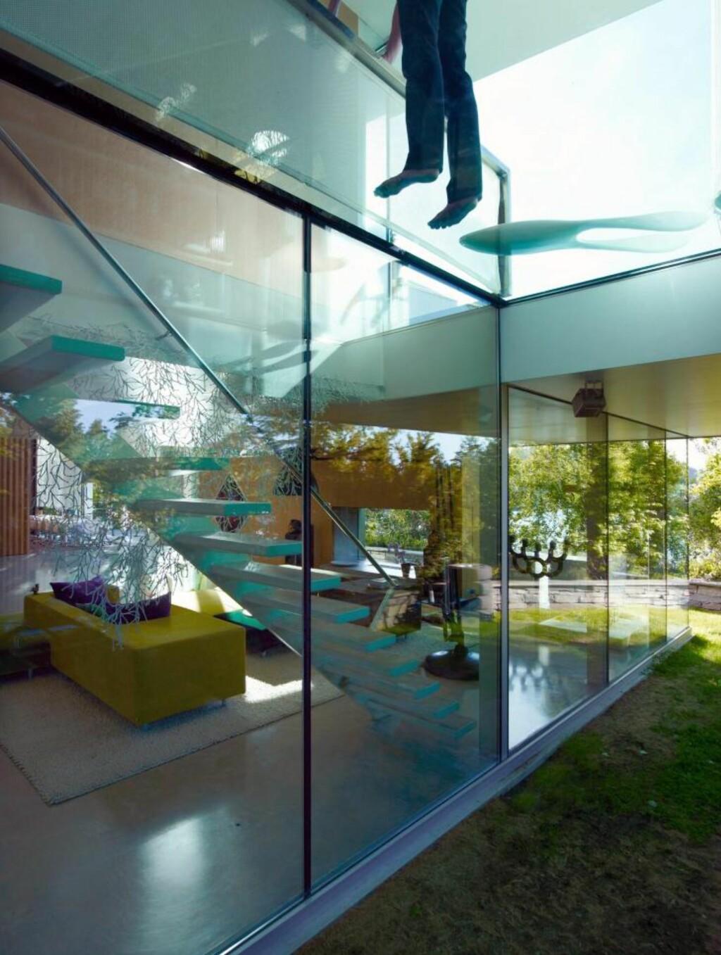 KONTAKT MED LANDSKAPET: Med hovedstue og oppholdsrom med glass til alle kanter går interiørene i ett med naturen utenfor.  Foto: Jeroen Musch