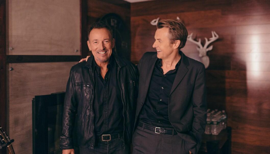<strong>FREDAGSKONGE:</strong> Fredrik Skavlan har hatt mange celebre gjester i sin tid som talkshow vert. Her er han avbildet sammen med «The Boss» backstage. Foto: NRK