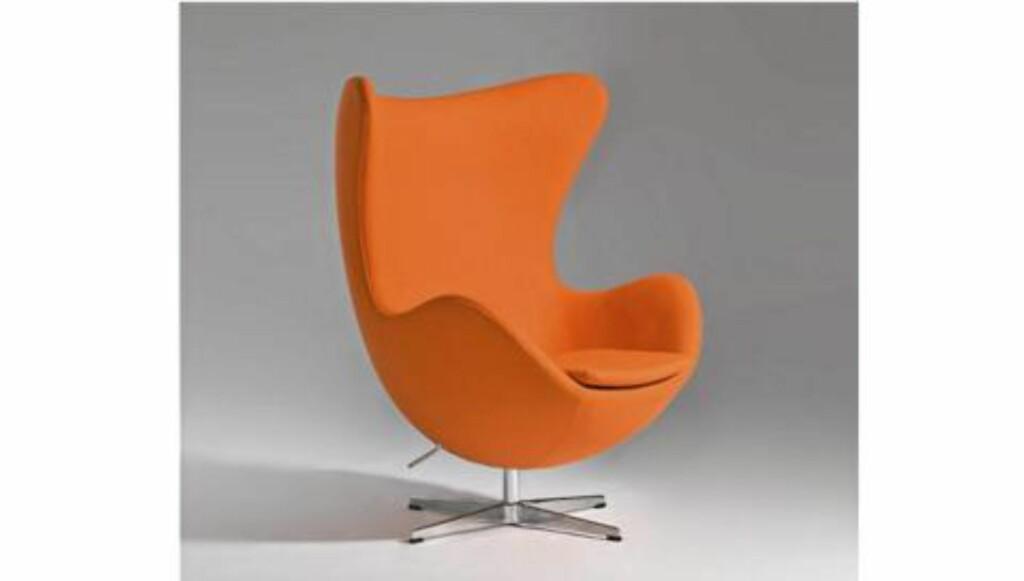 «EGGET»: Tilsynelatende lik Arne Jacobsens klassiker «Egget», men dette er en kopi fra Designers Revolt. Foto: Produsenten