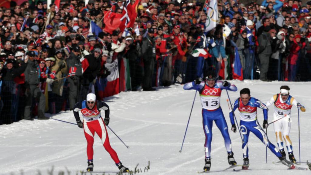 OL-GULLET:Russiske Jevgenij Dementjev (nr. 13) vinner herrenes 15x15km jaktstart (skiathlom) foran Frode Estil (t.v.) og de italienske hjemmefavorittene Pietro Piller Cottrer og Giorgio Di Centa i Pragelato under OL i Torino. Foto: Cornelius Poppe / SCANPIX  .