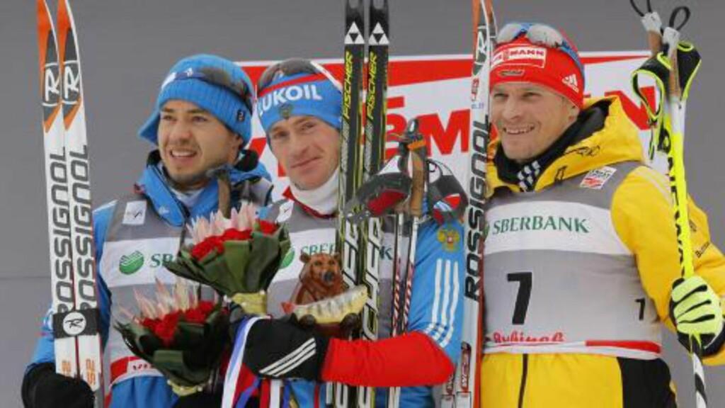 PALLEN:  Maxim Vylegzhanin, Ilia Chernousov og Tobias Angerer. Foto: EPA/YURI KOCHETKOV