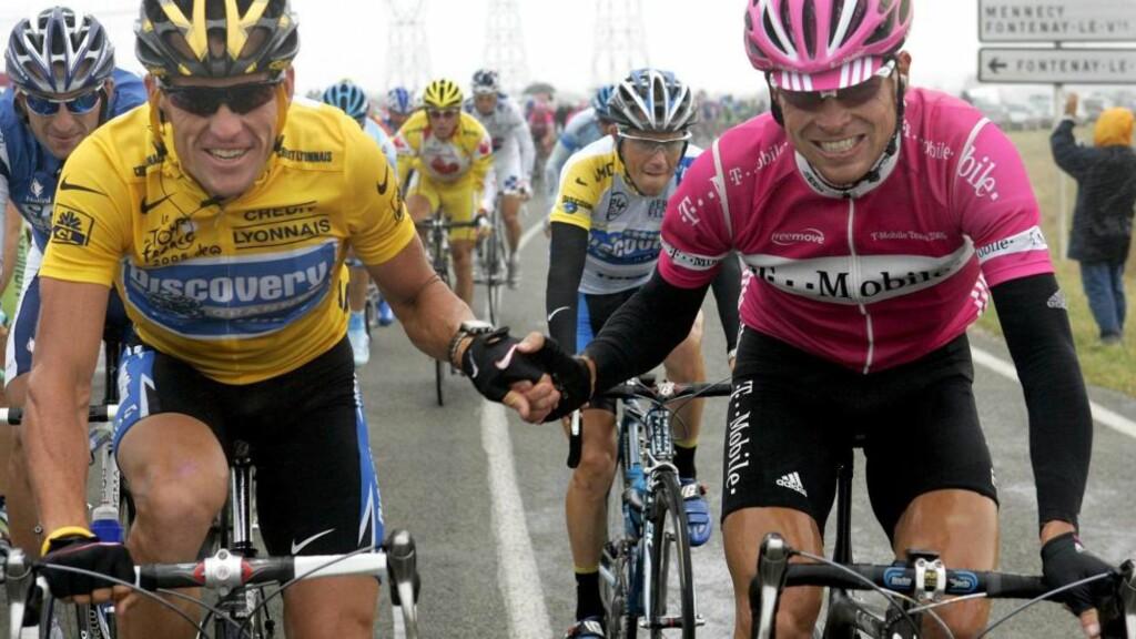 MISTER TREDJEPLASS: Jan Ullrich holder lanke med Lance Armstrong ved starten av siste etappe i Tour de France 2005. Ullrich ble i dag fratatt tredjeplassen i sammendraget bak Armstrong og Ivan Basso. Foto: Gero Breloer, EPA/Scanpix
