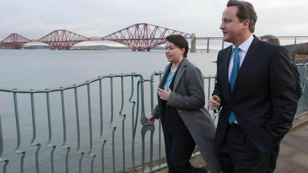<strong>PÅ SKOTSKETUR:</strong> Statsminister David Cameron sammen med lederen for det skotske konservative partiet, Ruth Davidson. Foto: REUTERS/David Moir/Scanpix