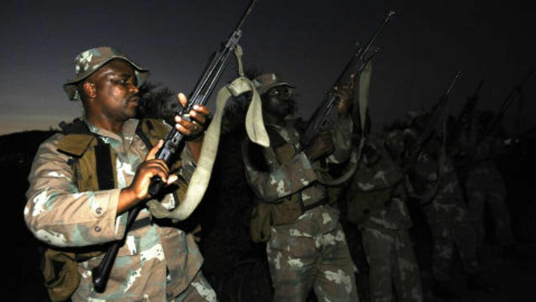 <strong>BEVÆPNET:</strong> Soldater fra den sørafrikanske hæren patruljerer Kruger-parken på nattestid. Flere ganger er det blitt skuddvekslinger mellom politi og tyvjegere. Foto: AFP/Stephane De Sakutin/Scanpix