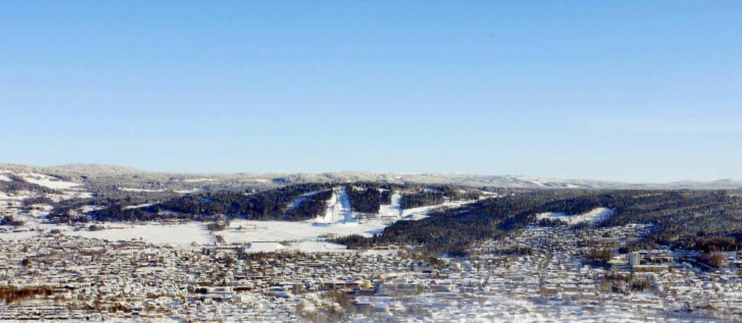 <strong>VINTERVAKKERT:</strong> Panorama over Lillehammer med OL-bakkene. Foto: OLE C.H. THOMASSEN