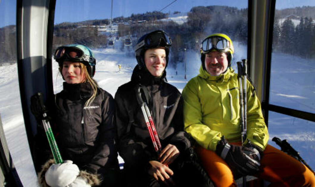 <strong>DANSKER:</strong> Barbara, Viktor og pappa Robert Beck er på sin femte vinterferie i Lillehammer-regionen. Gondolheisen i Hafjell er topp, været og føret er så bra som det kan være. «Vinterferie - det er Norge det», slår  Beck fast. Foto: OLE C.H. THOMASSEN