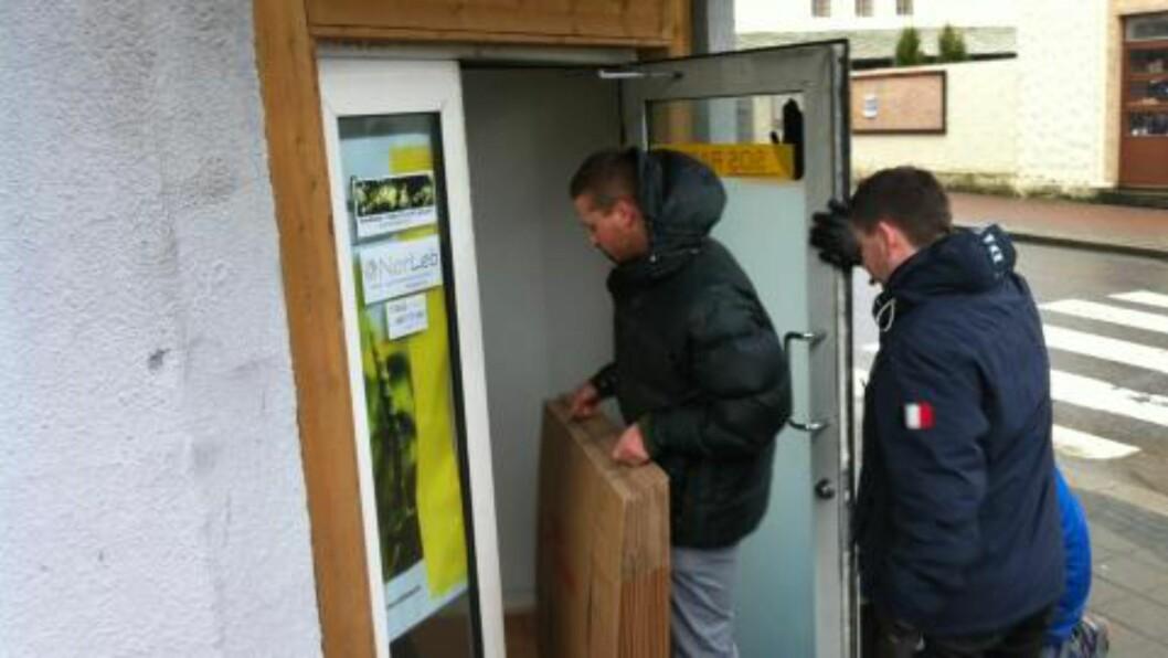 <strong>KOM SEG INN:</strong> Politiet måtte jobbe litt med låsen til SOS Rasisme, men er nå inne i lokalet. Foto: Jacques Hvistendahl / Dagbladet