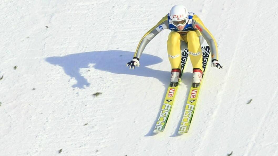 <strong>ENESTE LYSPUNKT:</strong> Rune Velta hoppet 243 meter da det norske laget skuffet og endte på fjerdeplass i lagkonkurransen i Vikersund. Foto: Lise Åserud / Scanpix