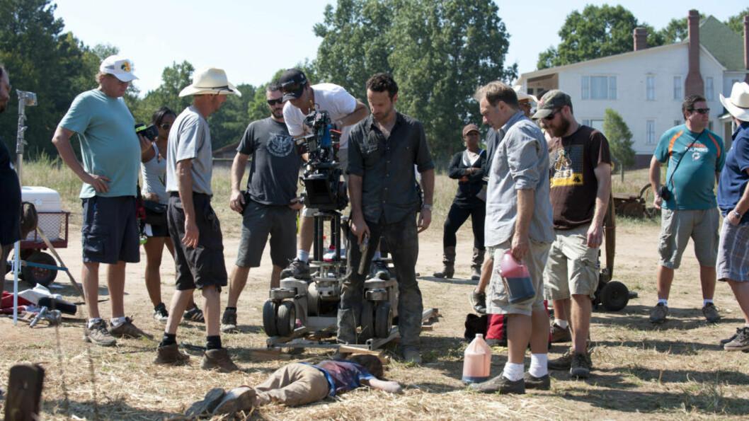 <strong>DØD OG FORDERVELSE:</strong> Andrew Lincoln (med revolver i midten) må gjennom litt av hvert i rollen som Rick Grimes i «The Walking Dead». Ikke alle problemene er direkte knyttet til zombiene som herjer jorda. Foto: TWD Productions LLC / AMC