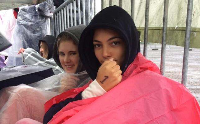 FØRST: Helene Nygaard (t.v) og Jani Fernandez (t.h) var de første som la seg i køen i natt. Foto: Ina Charlotte Fjellhøy / Dagbladet