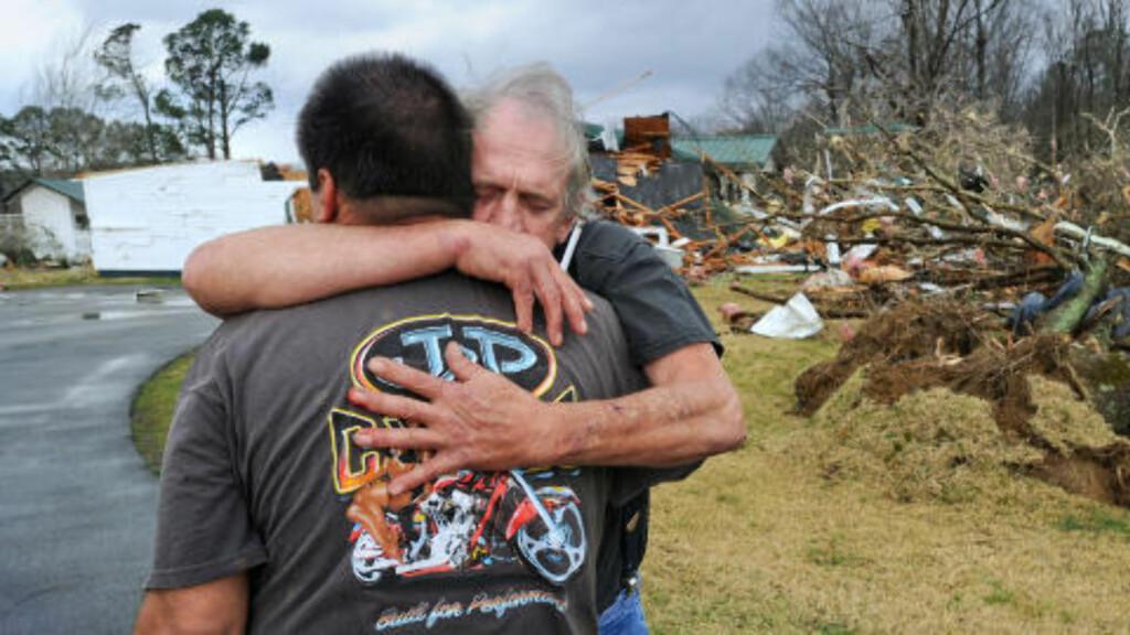 KATASTROFALT:  Greg Cook klemmer vennen David Derrick etter at en tornardo ødela flere hus i nordlige deler av Alabama tidligere i dag. Foto: Gary Cosby Jr. / The Decatur Daily / AP Photo