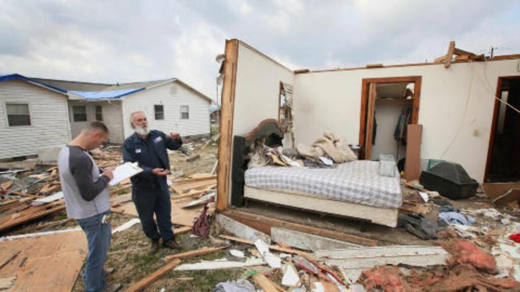 HJEMLØSE:  Keith Huke (t.h.) kom fra tornadoen uten skader, mens naturkreftene rev huset hans i stykker. Foto: Scott Olson / Getty Images / AFP