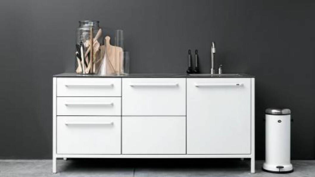 <strong>METALLKJØKKEN:</strong> Danske Vipp kommer nå med kjøkken i metall, fås i både hvitt og svart.  Foto: Anders Hviid © HVIIDPHOTOGRAPHY