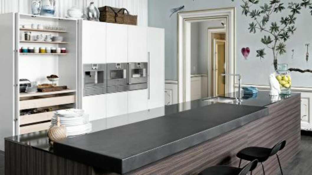 HVITT OG TRE: Kjøkken fra Multiform i hvitt og Burned Ebony Foto: Produsenten