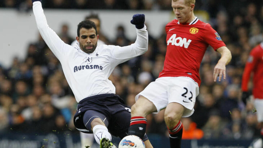 DUELL. Tottenhams Sandro og Manchester Uniteds Paul Scholes. Foto: AP Photo/Kirsty Wigglesworth