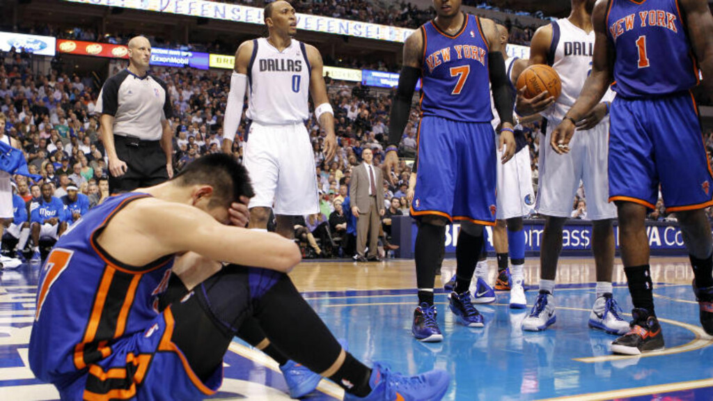 TAKLET: New York Knicks-guard Jeremy Lin fikk tøff behandling i natt. Foto: REUTERS/Mike Stone
