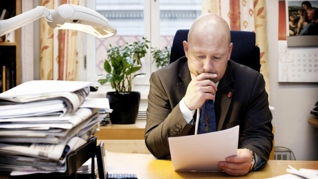 NYTT DOKUMENT: Her får kontroll- og konstitusjonskomiteens leder, Anders Anundsen (Frp), nok et dokument som Audun Lysbakken ikke la frem for Stortinget. Foto: Melisa Fajkovic / Dagbladet