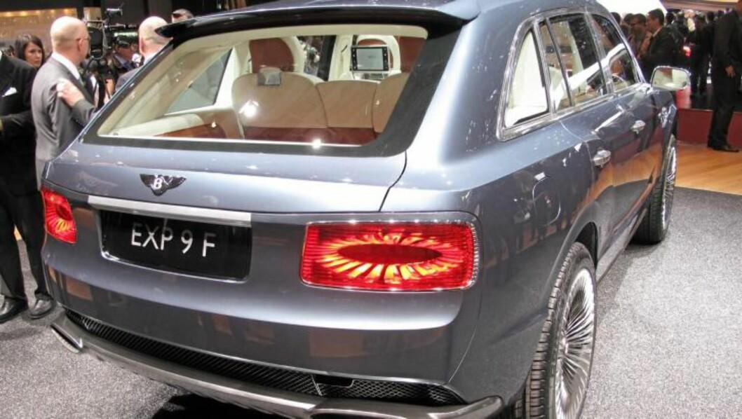<strong>UTRADISJONELL:</strong> Vi kan hvertfall ikke gi Bentley på pukkelen for å gi dunder-SUVen et tradisjonelt utseende. FOTO: Martin Jansen