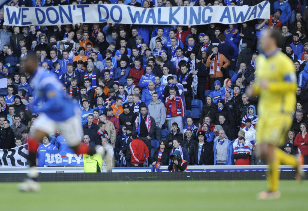 <strong>PÅ KONKURSENS RAND:</strong> Rangers-fansen viser sin misnøye med hvordan økonomien i klubben har blitt vanskjøttet. Nå blir det heller ikke europacupspill neste sesong.Foto: SCANPIX/ REUTERS/Russell Cheyne