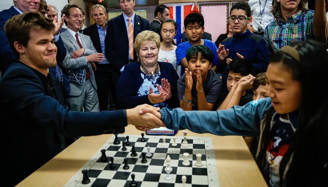 <strong>SJAKKTALENTER:</strong> Sjakkverdensmester Magnus Carlsen rakk en kamp mot Catrina Wong fra Intermediate School 318 i Brooklyn i New York. Statsminister Erna Solberg fulgte med. Foto: Øistein Norum Monsen / Dagbladet