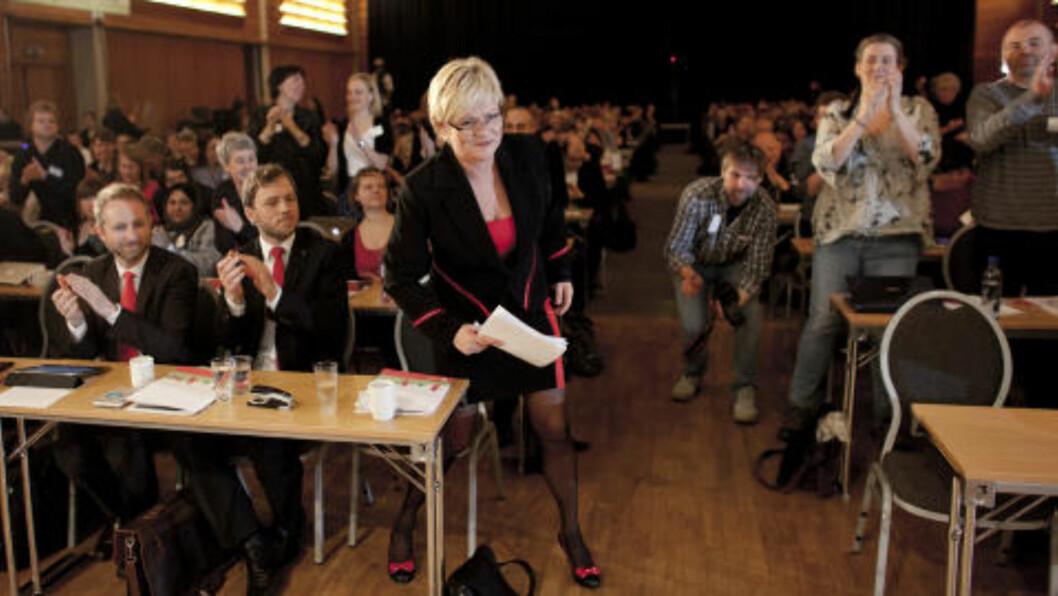 <strong>REISTE SEG FOR KRISTIN:</strong> Da hun entret landsmøtepodiet som leder for siste gang, reiste delegatene seg og klappet to minutter inn i taletiden til den avtroppende lederen. Foto: Sveinung U. Ystad/Dagbladet
