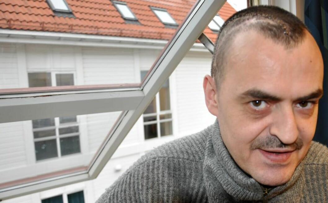 <strong>HJERNEOPERERT FOR FEMTE GANG:</strong> Kreftrammede Åge Egeland (41) opplevde en hjerneoperasjon i 2010 som tortur fordi han ikke ble gitt nok bedøvelse. Nå er han akkurat operert for femte gang, denne gangen på St. Olavs Hospital i Trondheim. - Operasjonen gikk greit, og psykisk gikk det veldig bra. Jeg fikk god informasjon hele veien, og de tok på alvor det jeg tidligere har opplevd, sier Åge Egeland. Foto: Erik Thime/Agder