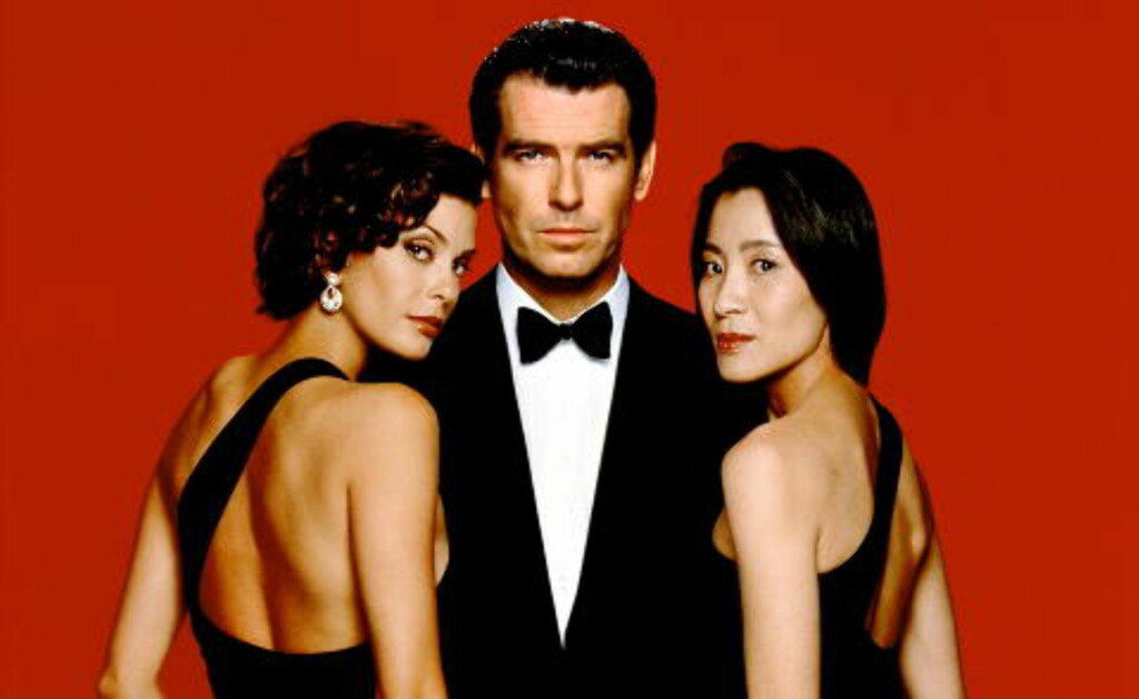 BOND-PIKE: Yeoh (til høyre) spilte Bond-pike i «Tomorrow Never Dies» i 1997. Her med Pierce Brosnan og Teri Hatcher.