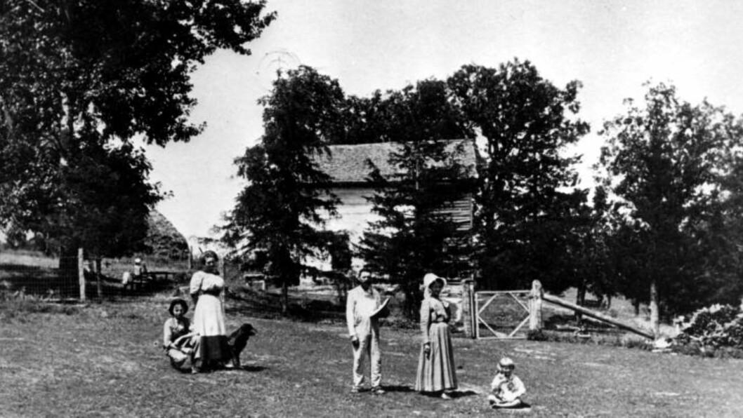 <strong>  EN MILLION UTVANDRET TIL AMERIKA:</strong>  Uten utvandringen på 1800-tallet, ville vi vært 7-8 millioner nordmenn i dag, har professor Ståle Dyrvik beregnet. Her et bilde tatt ca. år 1900 i Forde Home, Winneshick County, Iowa. Gården ble bygd av norske innvandrere ca. 1860. Foto: SCANPIX.