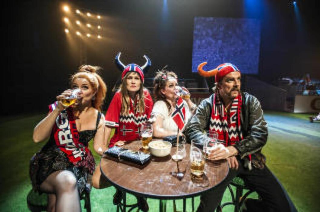SKÅL FOR NORGE: Supporterne er like viktige som spillerne, i «Norge-Brasil». Foto: Dag Jenssen, Det Norske Teatret