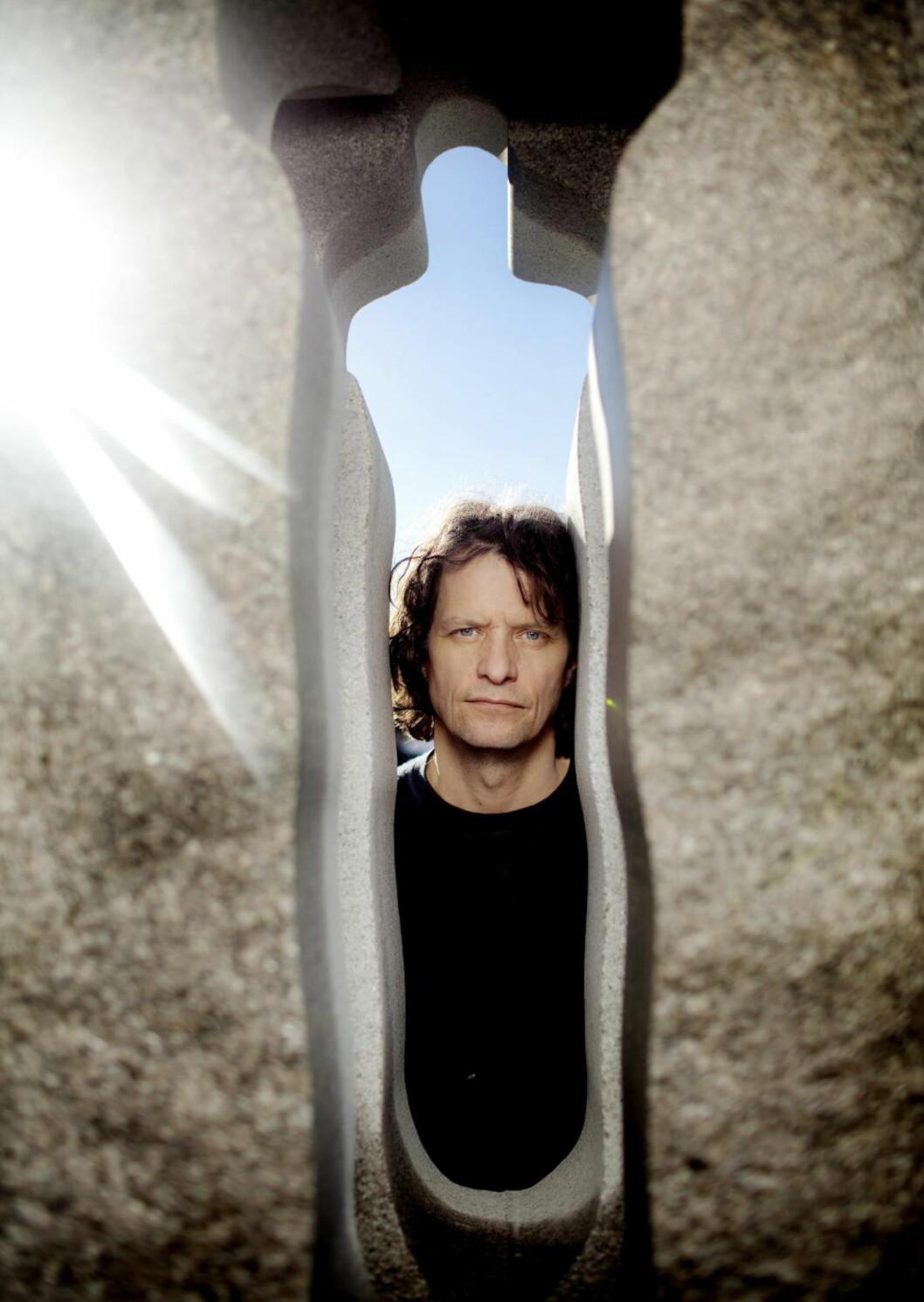 <strong>Bauta:</strong> Kunstner Nico Widerberg har fått merke at det ikke er enkelt å hogge en hel nasjons sorg i stein.