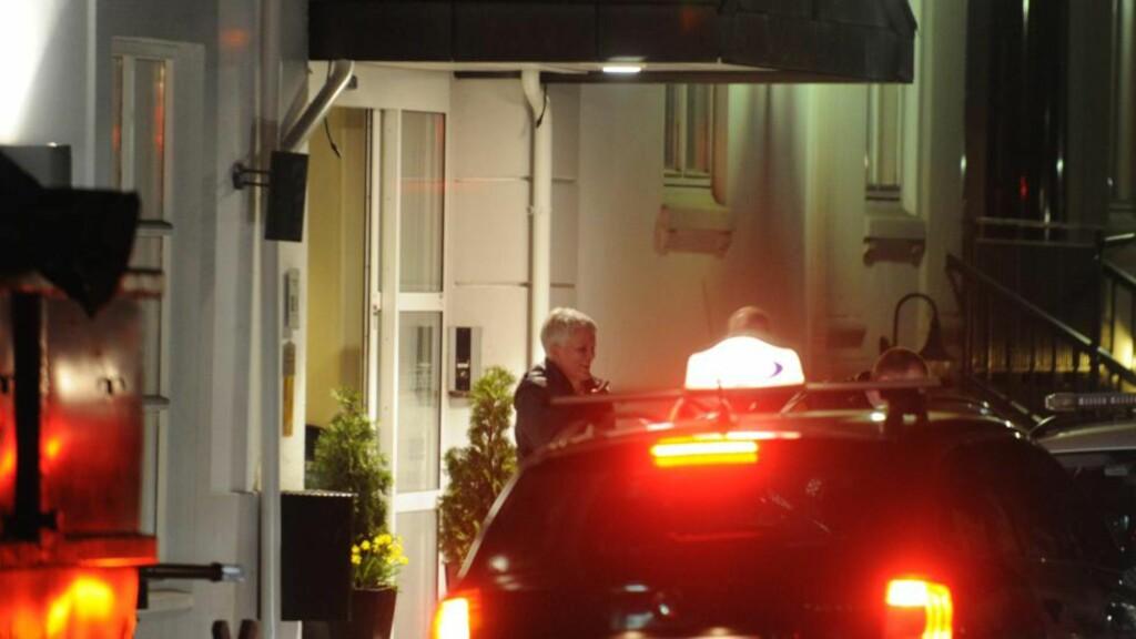 MARS 2012: Marie Madeleine Larsen blir hentet av Vestfold-politiet på et hotell i Sandefjord 15. mars på oppdrag fra et annet politidistrikt i Sør-Norge, der hun er anmeldt for bedrageri for kort tid siden. Hun har også brukt navnet Maria Kristoffersen de siste årene. FOTO: LASSE LJUNG, NYHETSFOTO.