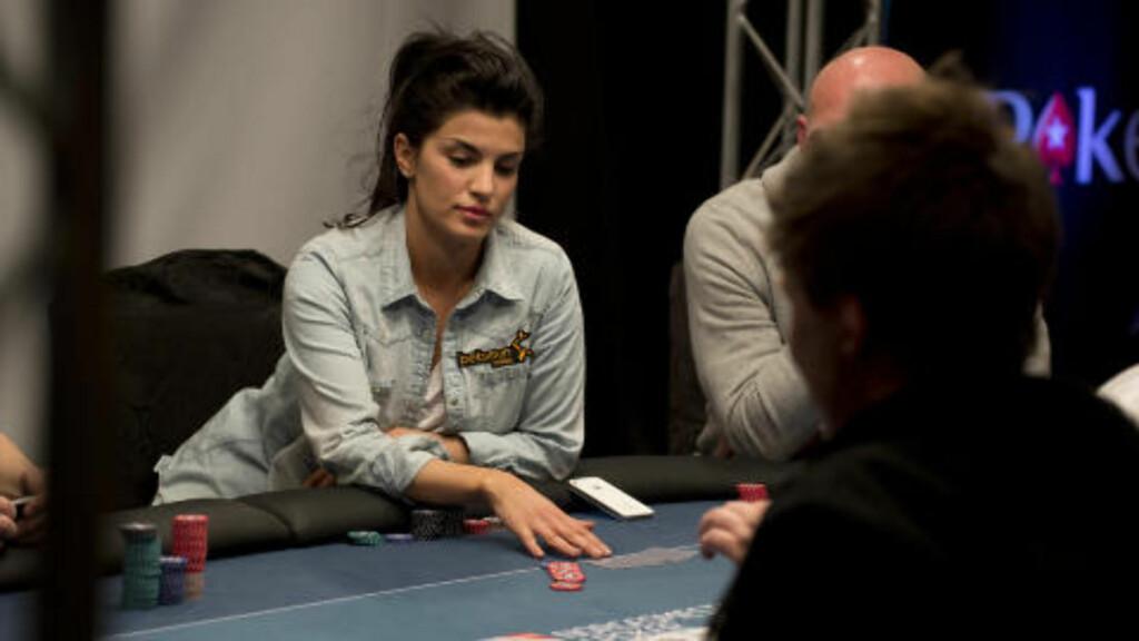 HOLDER LØFTET: Aylar Lie gjør det bra i Poker NM i Dublin og kom lengre enn Petter Northug. Foto: Øistein Norum Monsen / DAGBLADET